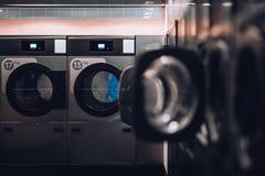 Een moderne openbare wasserij stock afbeelding