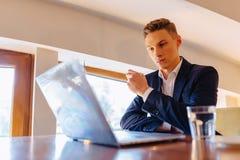 Een modieus paar drinkt ochtendkoffie bij de koffie en de werken met laptop, jonge zakenlieden en een freelancers stock foto