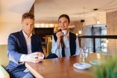 Een modieus paar drinkt ochtendkoffie bij de koffie, de jonge zakenlieden en freelancers royalty-vrije stock foto's