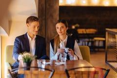 Een modieus paar drinkt ochtendkoffie bij de koffie, de jonge zakenlieden en freelancers royalty-vrije stock afbeeldingen