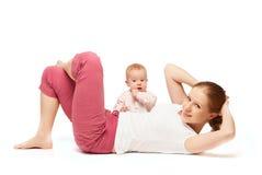 De gymnastiek van de moeder en van de baby, yogaoefeningen Royalty-vrije Stock Foto's