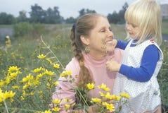 Een moeder en een dochter in wildflowers, Priester River, identiteitskaart Royalty-vrije Stock Fotografie