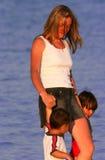 Een moeder en Haar Babys Stock Afbeeldingen