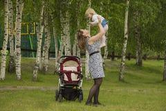 Een moeder en haar kind Stock Afbeeldingen