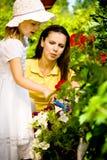 Een moeder met haar jonge dochter Stock Foto's