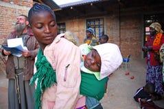 Een moeder met haar kinddorp van Pomerini - Tanzania - Afrika Stock Foto's