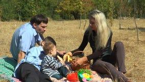 Een moeder voedt haar zoonsbanaan stock videobeelden
