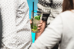Een mohito van de mensenholding in een bar stock afbeelding