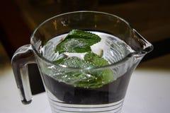 Een mok zoet water met citroen Royalty-vrije Stock Afbeelding