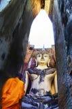 Een monnik gaat in oude tempel aanbidden Stock Fotografie