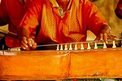 Een monnik speelt een instrument royalty-vrije stock afbeelding