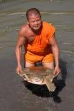 Een monnik van het project van het Behoud voor de schildpadden van de Voorzanger. Stock Foto's