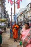 Een monnik verzamelt aalmoes in Katmandu, Nepal Stock Afbeeldingen