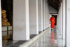 Een monniksgang in een tempel in vreedzaam ogenblik, Bangkok, Thailand royalty-vrije stock afbeelding