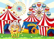Een monster in Carnaval die een veiligheidshelm dragen en a houden Stock Afbeelding