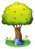 Een monster die onder de boom schrijven Stock Afbeeldingen