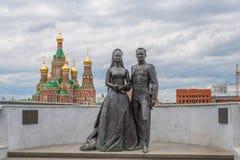 Een monument aan het sterpaar - actrice Grace Kelly en Prins Rainier van Monaco III De Republiek van Mari El, Yoshkar-Ola, Ruslan Royalty-vrije Stock Afbeeldingen