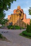 Een monument van architectuur en kunstwerkgolden gate in Kiev onder groene bomen tegen de achtergrond van de zonsondergang stock fotografie