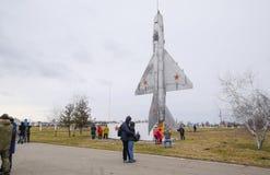 Een monument van vechtersluchtvaart bij het Krasnodar-vliegveld Het openen van het bezoek voor gasten van het vliegveld ter ere v Stock Afbeeldingen