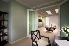 Een mooi beeld van woonkamer van de deuren Royalty-vrije Stock Foto's