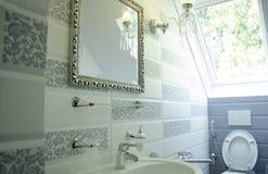 Een Mooi binnenland van een badkamers stock foto's