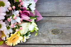 Een mooi boeket van mooie verscheidenheid van bloemen royalty-vrije stock afbeeldingen