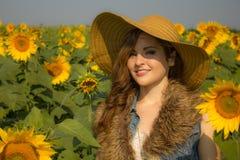 Een mooi brunette met een schadelijke glimlach Stock Foto