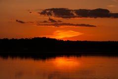 Een mooi de zomerlandschap van de oranje zonsondergang over de rivier, de Oekraïne royalty-vrije stock foto