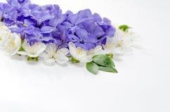 Een mooi die hart van bloemen wordt gemaakt Witte en blauwe bloemen in Royalty-vrije Stock Afbeeldingen