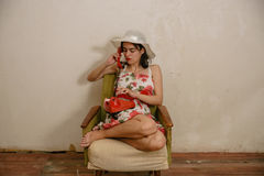 Een mooi donker-haired meisje draait een telefoonaantal Royalty-vrije Stock Afbeelding