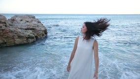 Een mooi donkerbruin meisje is droevig bij kust over het einde van de vakantie en moet huis terugkeren Griekenland stock video