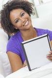 Het gemengde Afrikaanse Amerikaanse Meisje die van het Ras de Computer van de Tablet met behulp van Stock Foto's