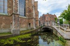 Een mooi historisch oud kanaal in het centrum van Delft, Nederland royalty-vrije stock afbeelding