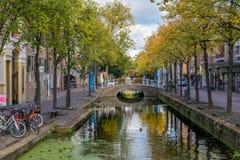 Een mooi historisch oud kanaal in het centrum van Delft, Nederland stock fotografie