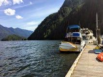 Een mooi jachthavenhoogtepunt van boten en omringd door bossen en bergen in een verre inham in Indisch Wapen, buiten Vancouver royalty-vrije stock fotografie