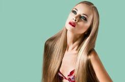 Een mooi jong blondemeisje met lang haar Stock Fotografie