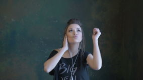 Een mooi jong meisje die aan de muziek dansen stock video