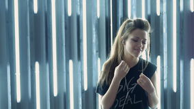 Een mooi jong meisje die aan de muziek dansen Gebruikshoofdtelefoons het grote langzaam dansen stock footage