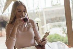 Een mooi jong meisje drinkt thee in een restaurant en geniet van het royalty-vrije stock fotografie
