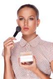Een mooi jong meisje met make-upborstel Stock Fotografie