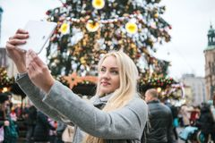 Een mooi jong selfie of blondevrouw of een meisje die doen fotograferen royalty-vrije stock afbeelding
