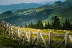 Een mooi Karpatisch landschap met een omheining en een bos Royalty-vrije Stock Fotografie