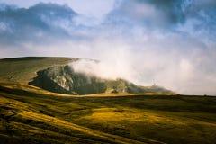 Een mooi Karpatisch landschap weet een lage wolk Stock Foto