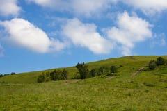 Een mooi landschap, de weg aan de blauwe hemel stock afbeelding