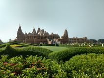Een mooi landschap met een tempel en installaties Royalty-vrije Stock Foto