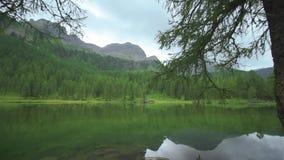 Een mooi meer in het midden van de groene bomen van de bergen stock videobeelden
