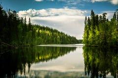 Een mooi meerlandschap in Finland Stock Foto