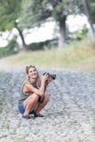Een mooi meisje die fotografie omhelzen Stock Fotografie