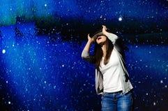 Een mooi meisje die een virtueel werkelijkheidsapparaat dragen, die zich op de achtergrond van de hemel bevinden royalty-vrije stock afbeeldingen