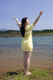 Een mooi meisje door rivier Stock Foto's